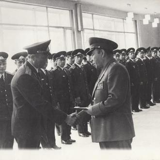 Фото. Генерал-лейтенант перед строем офицеров.
