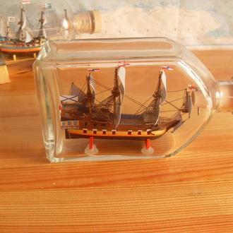 модель парусника в бутылке
