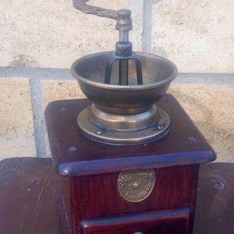 Кофемолка ручная . 230х130 . ХIХ век . Фирма GRITZNER DURLACH  .