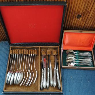 В коробці столові ложки і вилки ножі, чайні і кофейні нові. Ложечки МНЦ 30 шт загалом. СРСР.