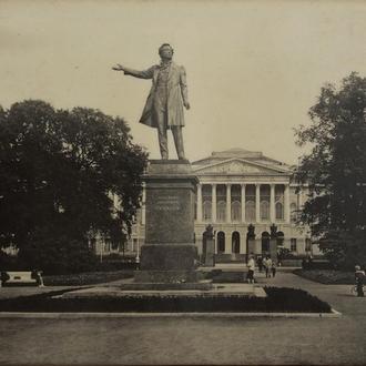 Фото на поставке. Памятник Пушкину. 1960-е. (67)