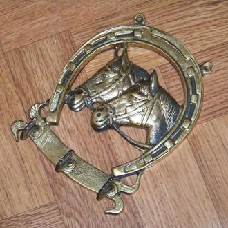 Вешалка на три крючка в виде подковы и лошадей метал
