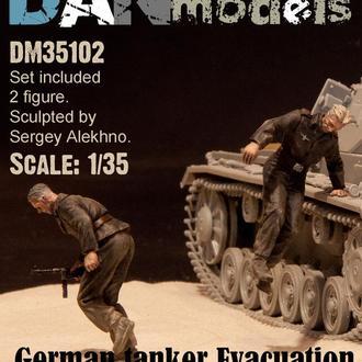 Danmodel 35102 - немецкие танкисты. Эвакуация из подбитого танка. 1940-43 гг. набор №2 - 2 фигуры