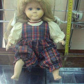 игрушка детская кукла фарфоровая девочки сидящая 40см