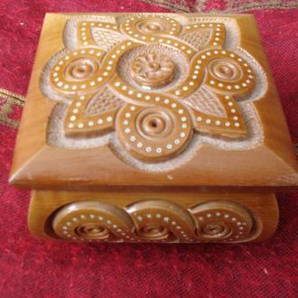 Скринька з гуцульським орнаментом