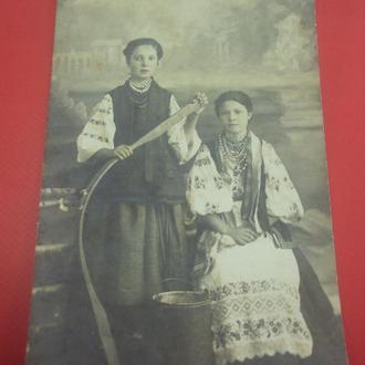 открытка девушки в украинских костюмах №927