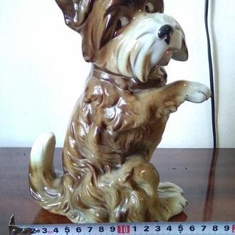 Статуэтка - собака на задних лапах.