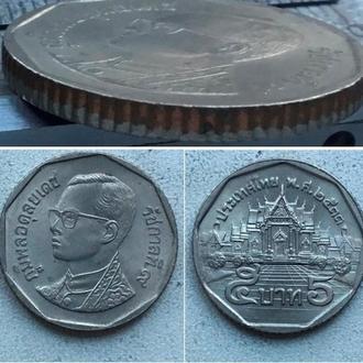 Таиланд 5 бат, 1990г. / Период Король Рама IX (1986 - 2017) / Медь с медно-никелевым покрытием