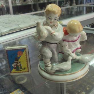 фигура фарфор старый киев дети с голубями №131
