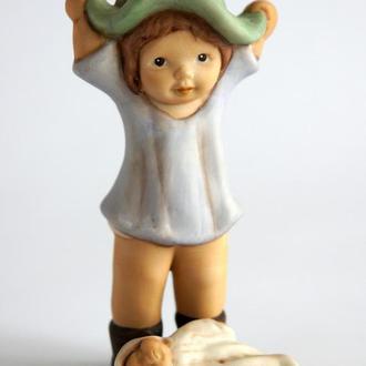 Статуэтка Девочка с куклой, Goebel, №775, 1992 г., Germany
