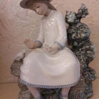 Фарфоровая статуэтка Девочка кормит голубей NAO Испания