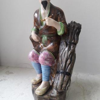 Фарфоровая статуэтка Китай 1950-е Цзиндэчжэнь  СТАРЕЦ С ТРУБКОЙ И ХВОРОСТОМ