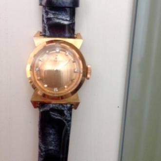 Золотые часы SWISS OMEGA. 750 проба. бриллианты. оригинал. механика. на ходу.