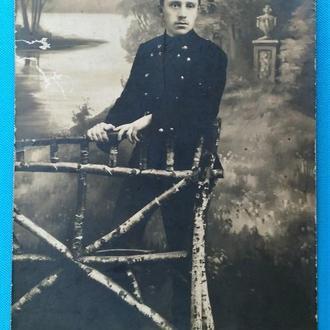 Открытка фото Парень в парке. фото-открытка до 1917 г