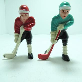 Хоккеисты 2шт пластмасс большие 70мм с отверстиями СССР хоккей