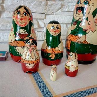 Матрешки деревянные. Семья, 6 фигурок. Подлаковая роспись. Украинская народная тематика.