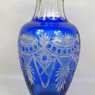 Стеклянная ваза синего цвета, высота 30,5 см.