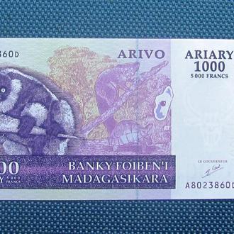 Мадагаскар 1000 ариари 5000 франков 2004 г. UNC (п 11 №2)
