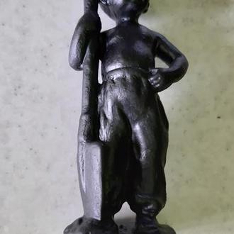 мальчик с лопатой чугун