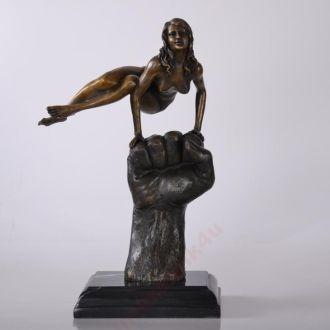 Девушка на кулаке статуэтка бронза эротика TUNO