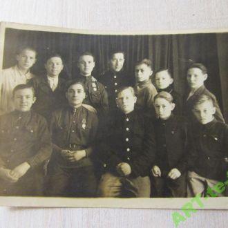 Учителя фронтовики обучают класс. 1950-е годы СССР