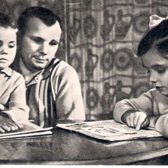 Юрий Гагарин с дочерьми 1969 год