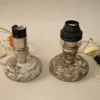 Две старые мраморные лампы, без плафонов.