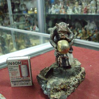 серебро обезьяна с черепом на подставке