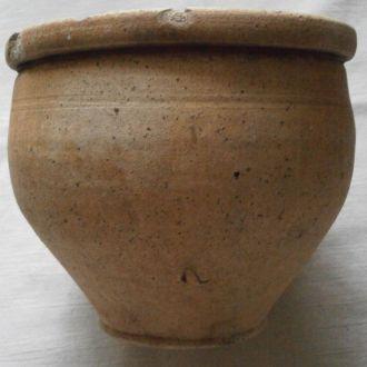 Старый глинянный горшок с металлическим пояском
