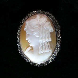 Брошка - кулон камея, ручная резьба по раковине