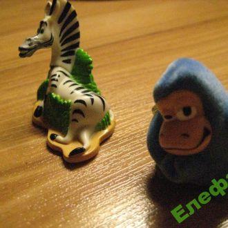 Набор игрушек киндер .Мадагаскар зебра и обезьяна.