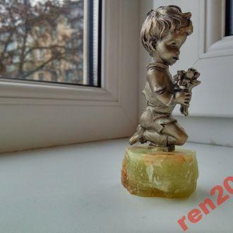 Фигурка Малыш с букетом ,оригинал Италия
