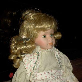 Коллекционная фарфоровая кукла. может сидеть