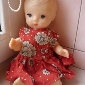 Игрушка кукла в красном платье колкий пластик СССР