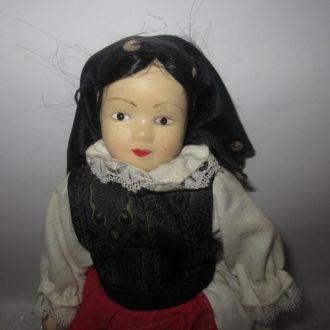 Европейская фарфоровая кукла в национальном-1