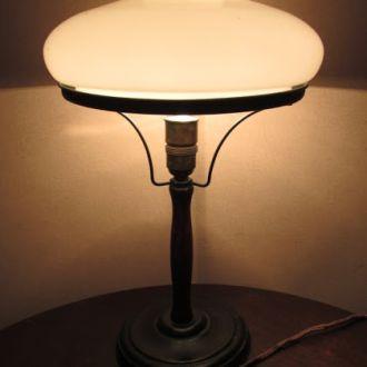 Лампа настольная , старенькая .
