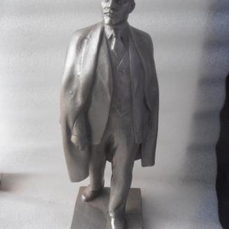 Скульптура Ленин в плаще с кепкой. Обе руки внизу.Редкий. СССР