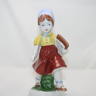Статуэтка фарфор девочка с азбукой  СССР