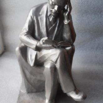 """Кабинетная скульптура """" В. И. Ленин в кресле с книгой""""."""