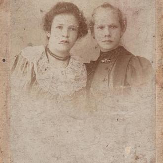 Две девушки. Визит - портрет. 1899 г.