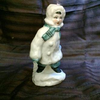 Фарфоровая статуэтка Мальчик с санками