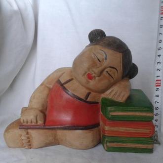 Китайская девочка спит на книгах