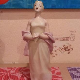 Статуэтка фарфор Дама с шарфом