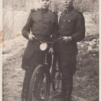 Фото. Бойцы ГСОВГ с трофейным велосипедом.