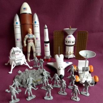 Астронавты на Луне.   Набор игрушек в упаковке. Пластик.  7 предметов + 16 человечков.