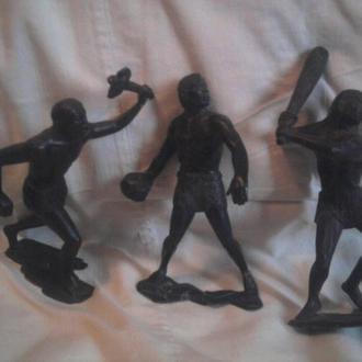3 пластмассовые фигурки первобытных.
