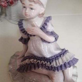 Фарфоровая статуэтка  Девочка в кружевном платье