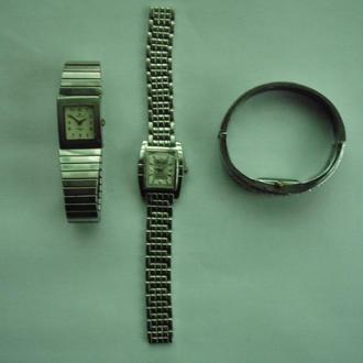 Три неробочі годинника.