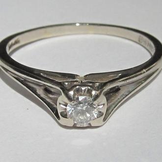 Золотое кольцо из белого золота с бриллиантом
