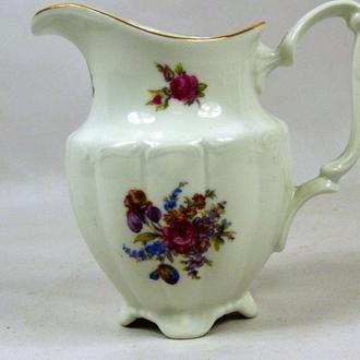 Фарфоровый сливочник с цветами. Высота 12 см.